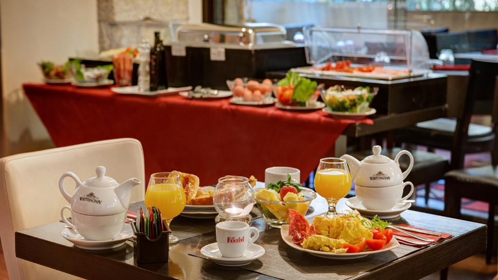 breakfast-01-dharma-luxury-hotel-2560